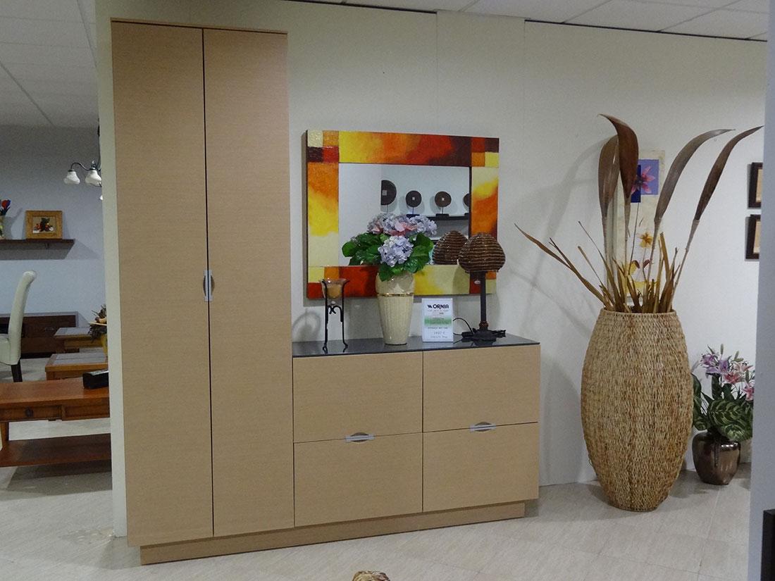 Mueble de entrada con armario en roble natural f en1 for Mueble recibidor madera