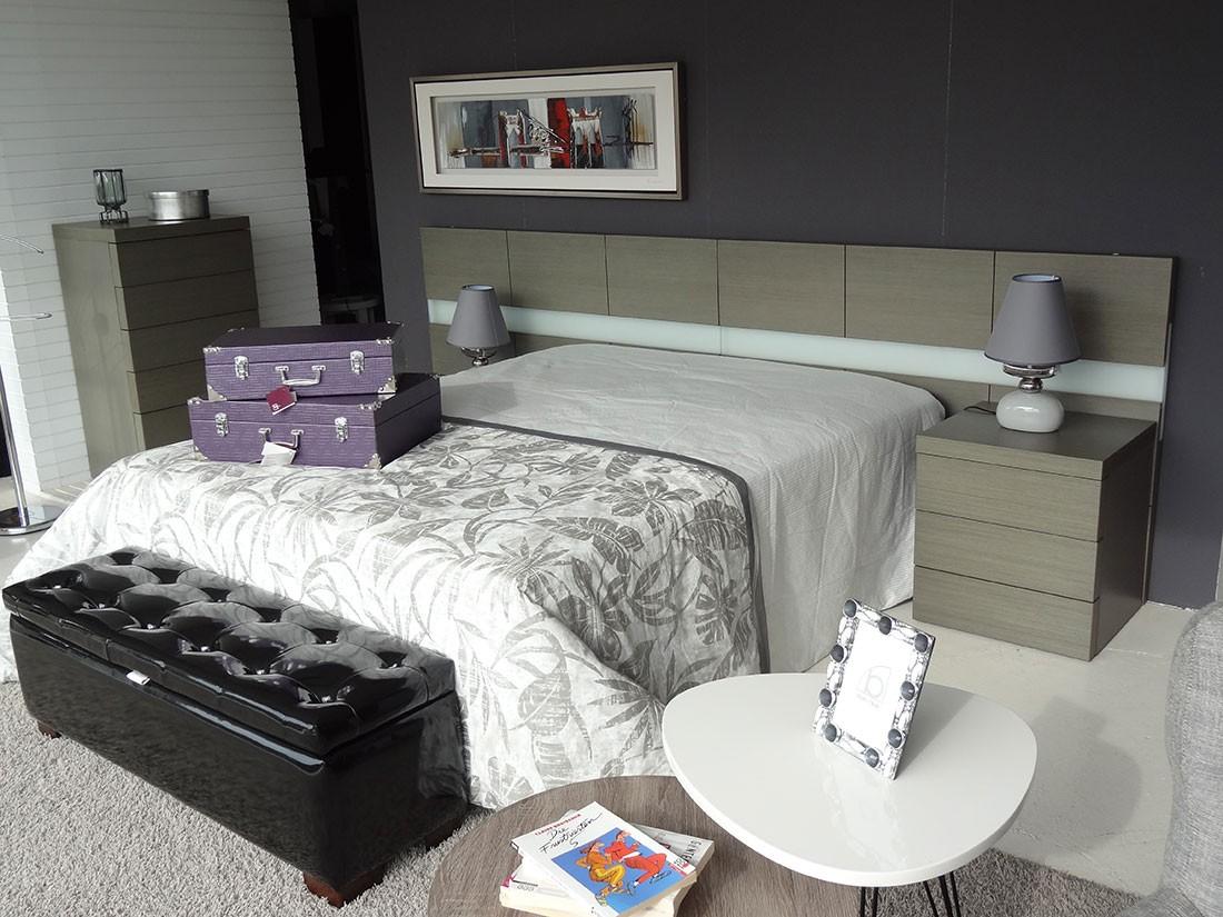 Dormitorio con sinfonier en madera de roble
