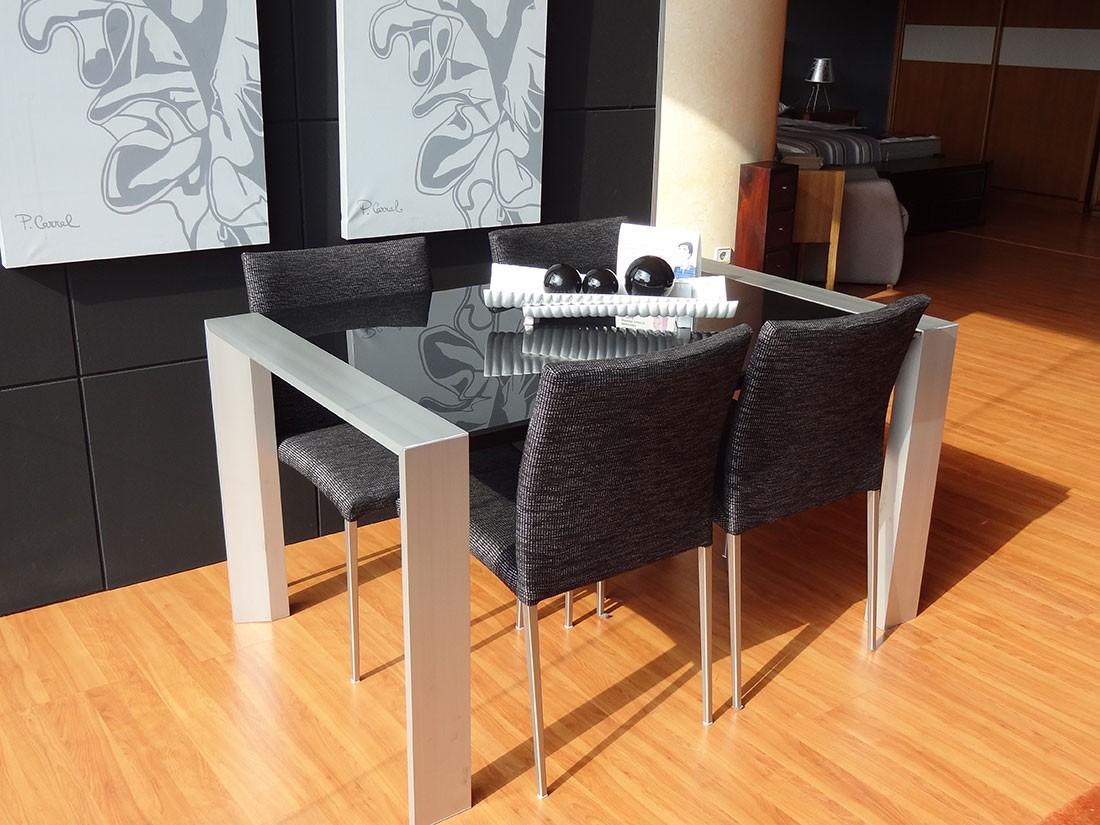 Mesa metálica y sillas tapizadas